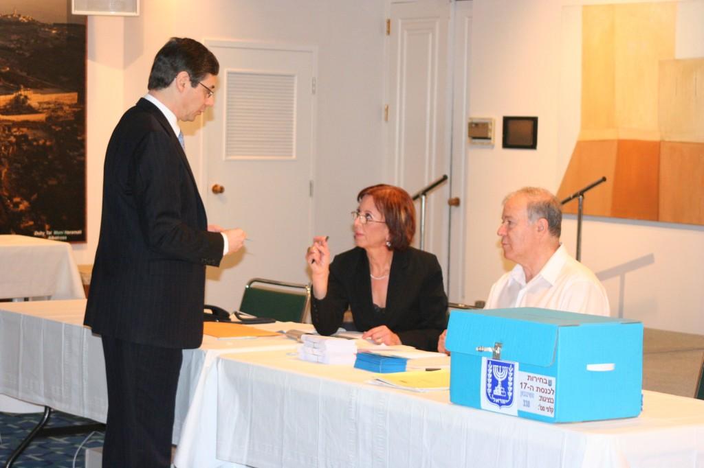השגריר דני איילון מצביע לכנסת ה 17, 16 במרס 2006