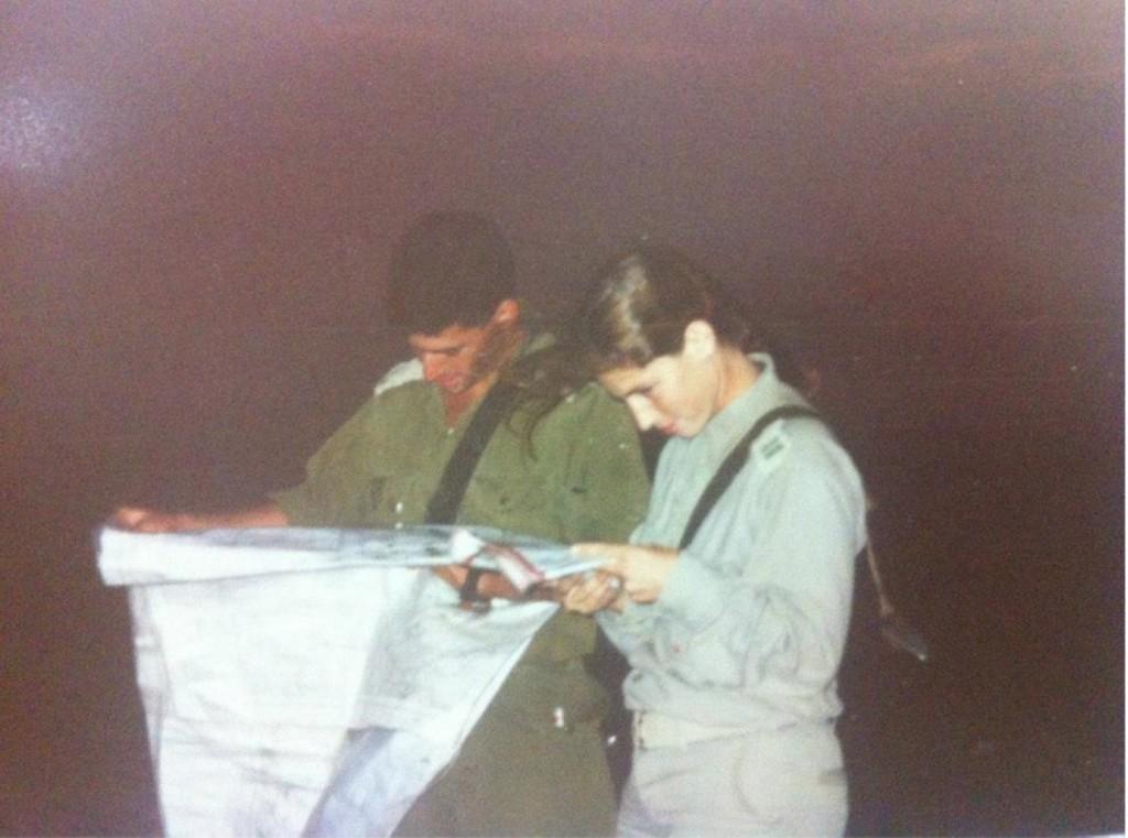 """מ""""פית, סמ""""פ, עם שחר בקורס מדריכות מורן, רמת הגולן, 1993. צילום: טל שוורץ"""
