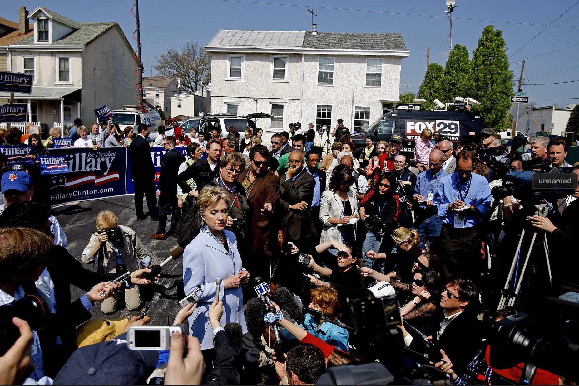 קמפיין הילרי קלינטון, פנסילבניה 2008, תמונת סוכנויות (לחדי עין, אני יושבת באמצע עם מיקרופון שלוח קדימה)