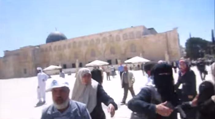 רעולי פנים תוקפים יהודים בהר הבית צילומסך מיוטיוב.