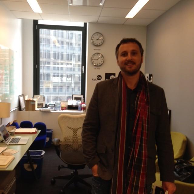 """רן הר-נבו סמנכ""""ל וידאו בכיר ב AOL, בחדרו הפתוח עם שעון המצביע (גם) על השעה בישראל"""