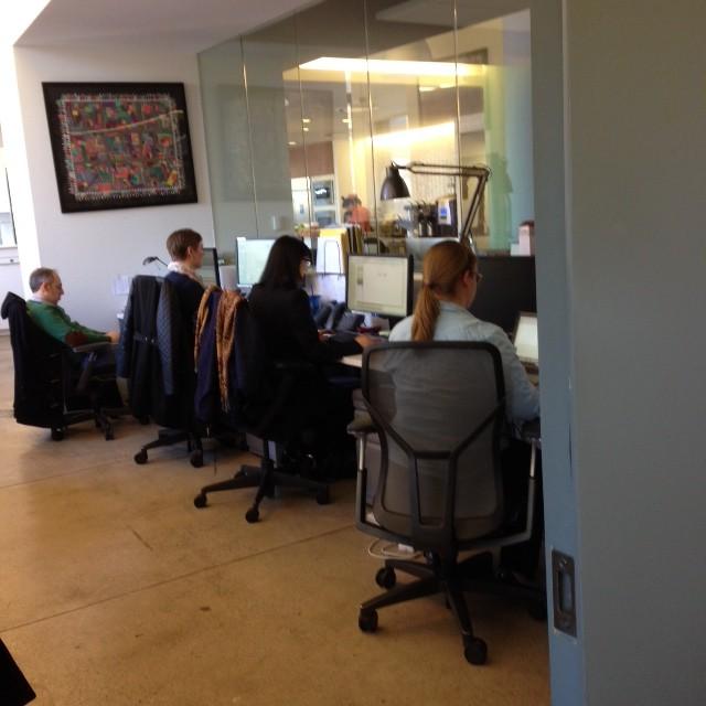 הצוות המוביל של אריאנה האפינגטון מחוץ ללשכתה. הם מסייעים לה לצייץ, לפסבק, לכתוב טורים, להתכונן להופעות ועוד