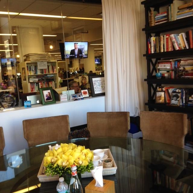 שולחן העבודה העגול בלשכתה של אריאנה האפינגטון עם חלון גדול לתוך המערכת