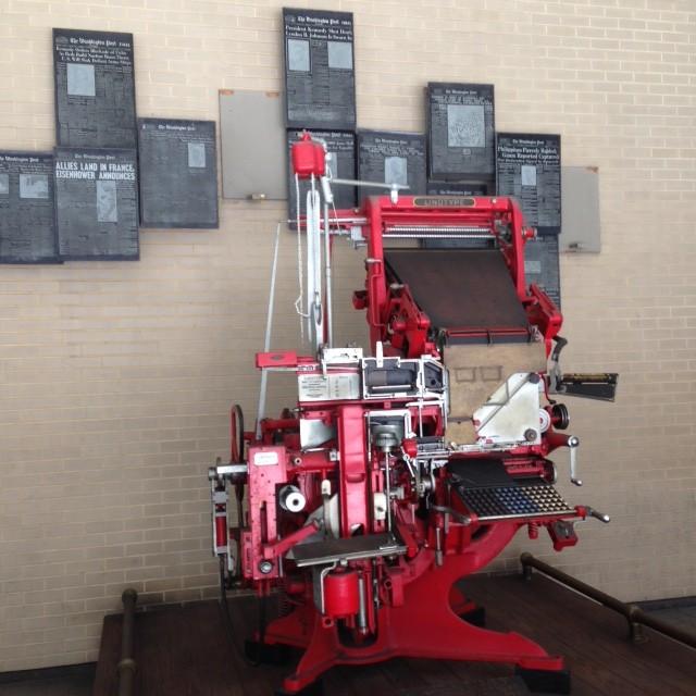 מכונת הדפוס (לינוטייפ) הניצבת בכניסה הפשוטה לבניין הוושינגטון פוסט