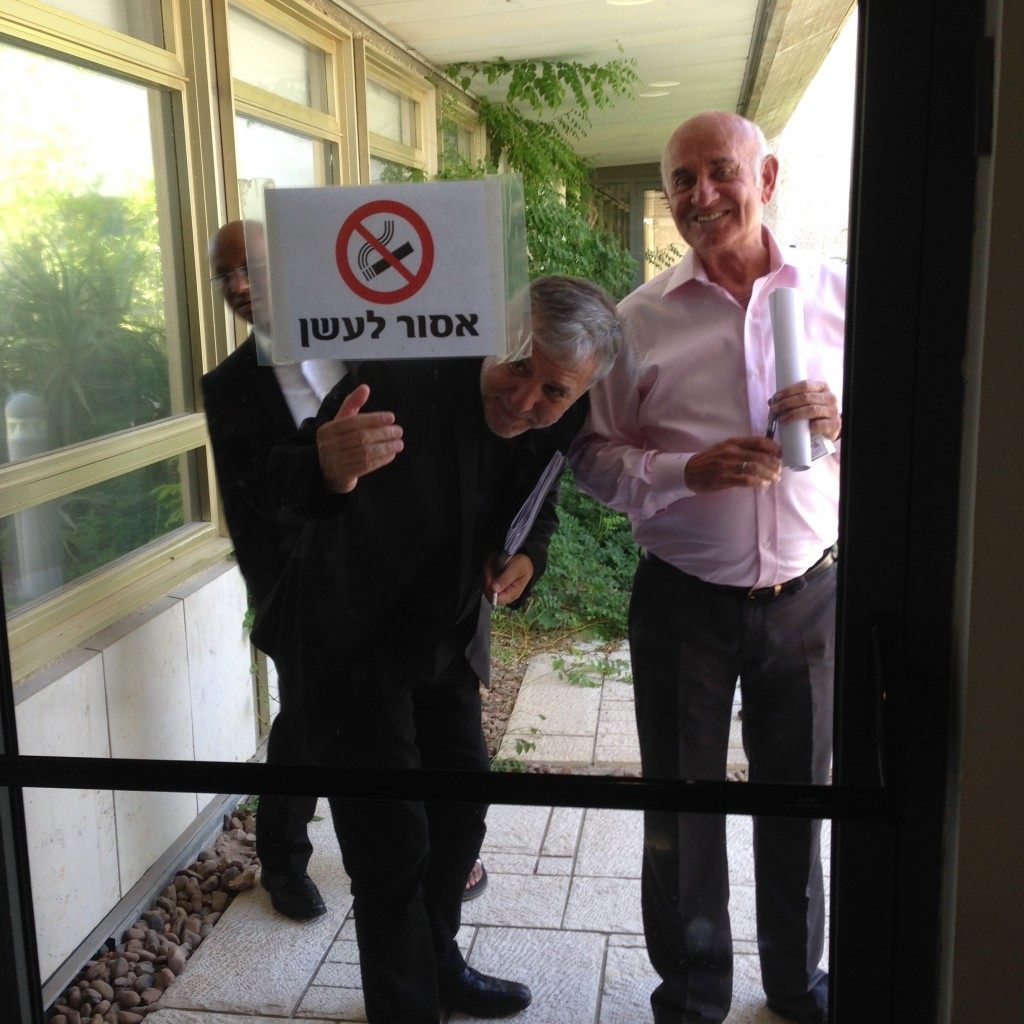 חברי סיעת יש עתיד מעשנים באיזור אסור לעישון בכנסת, כמה דקות אחרי תחילת ישיבת הסיעה