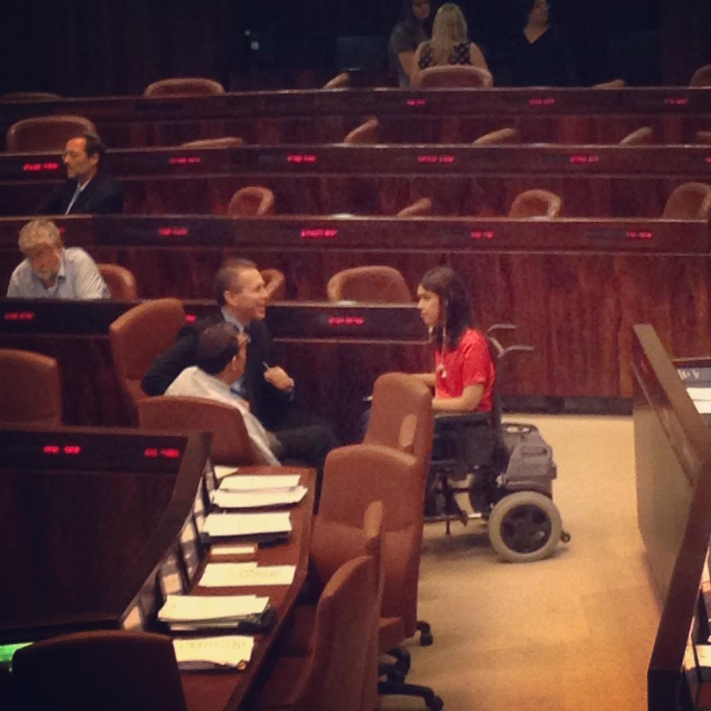אחרי השעות הארוכות בחדר ישיבת הועדה, אלהרר וארדן ממשיכים במליאה.