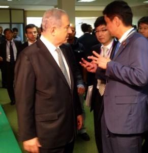 ראש הממשלה נתניהו מתדרך את סגן שר החוץ היפני (אשלים את שמו המלא בהמשך)