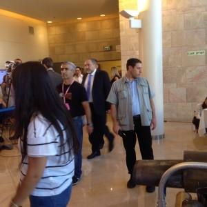 שר החוץ ממהר לחתוך כמה דקות אחרי תחילת ישיבת הממשלה