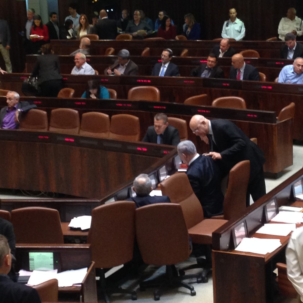 התכוונתי לצלם את ראש הממשלה, אבל ארדן נתפס ברקע במצבו הקבוע, יום פיזור הכנסת ה 19, 8 בדצמבר 2014