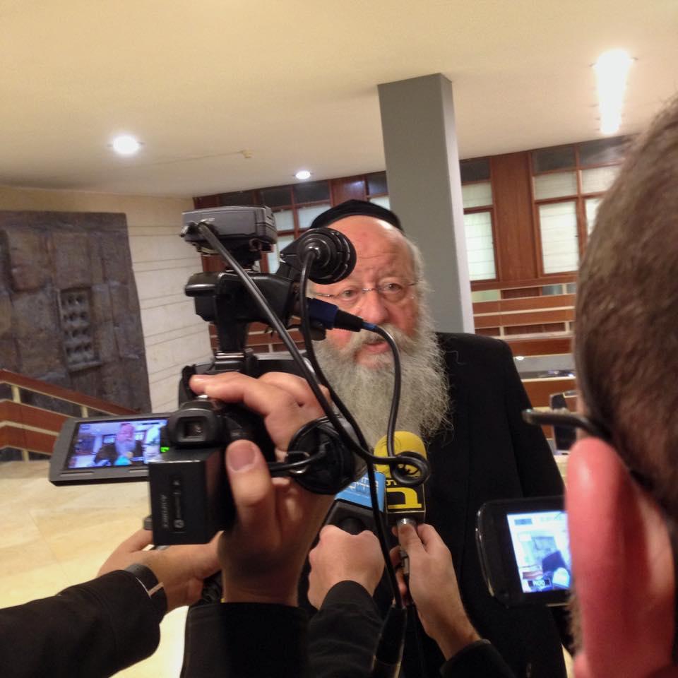 ח״כ מוזס עם התקשורת רגע לפני הכניסה ללשכת יו״ר הכנסת לתיאום מועד בחירות
