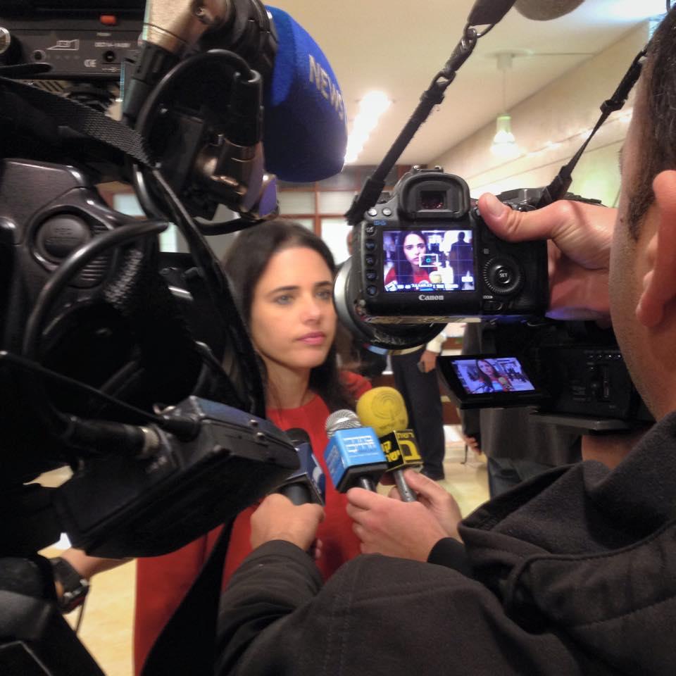 ח״כ שקד עם התקשורת רגע לפני הכניסה ללשכת יו״ר הכנסת לתיאום מועד בחירות