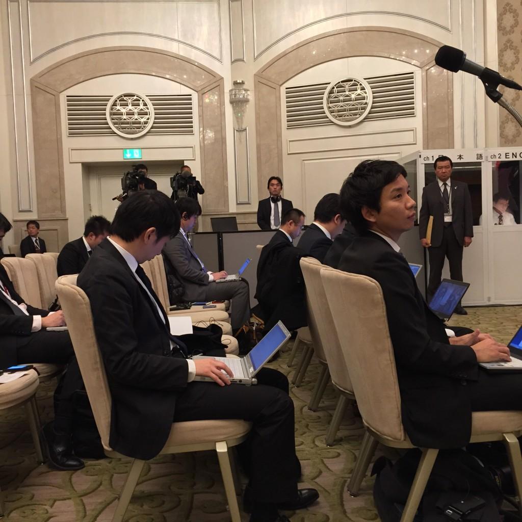 עיתונאים יפנים ממתינים לכניסת ראש הממשלה היפני באיחור של שעה. 19 בינואר 2015, וולדורף אסטוריה, ירושלים