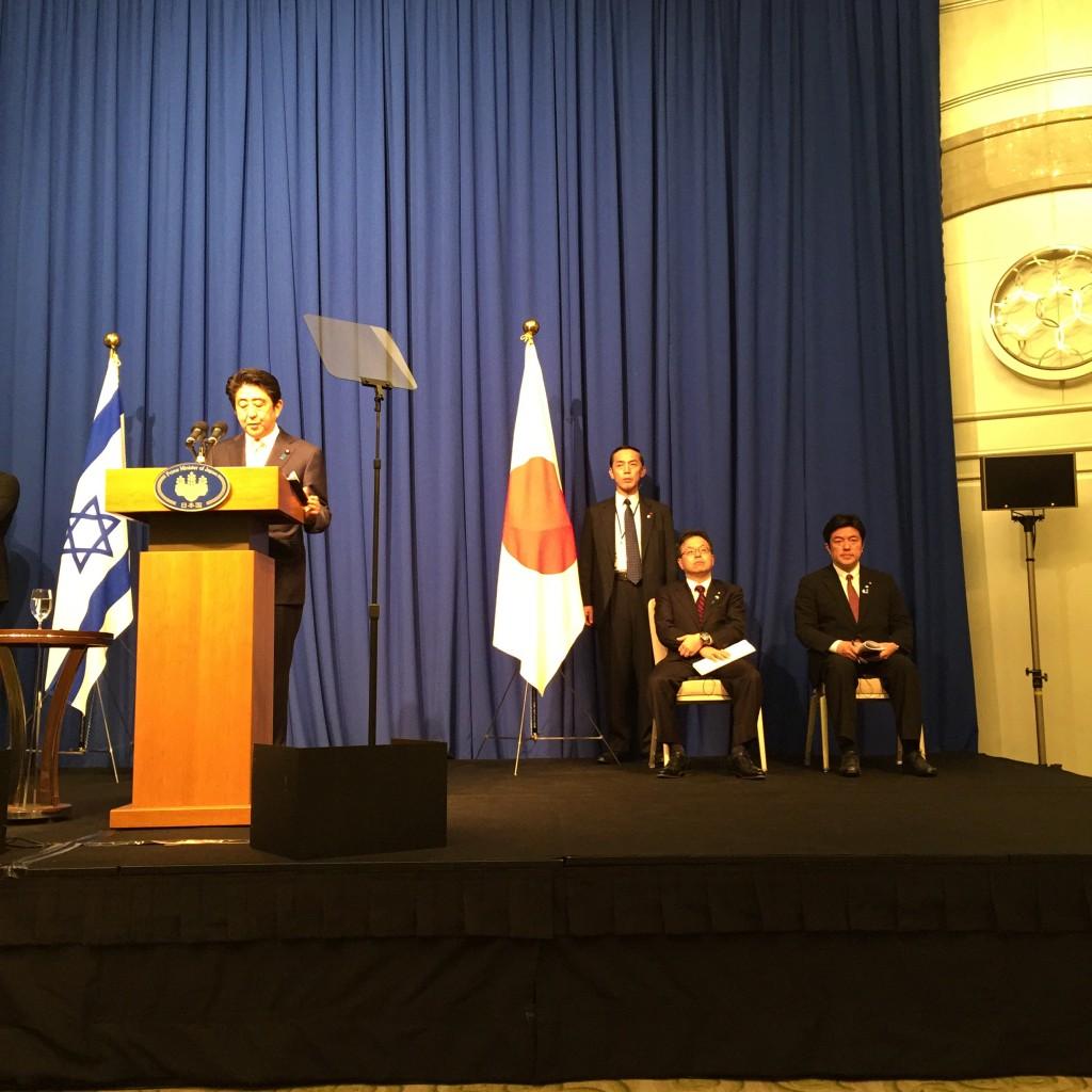ראש ממשלת יפן שינזו אבה, במהלך מסיבת העיתונאים. הכי מימין סגן שר החוץ היפני יאשויד נאקאיאמה (Yasuhide Nakayama), אותו פגשתי בטוקיו בנובמבר 2014