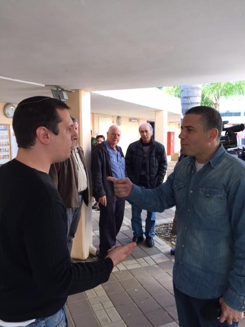 ינון מגל (הבית היהודי) וצחי אשכנזי (העבודה), בפריימריז של העבודה בפתח תקווה, 13 בינואר 2015