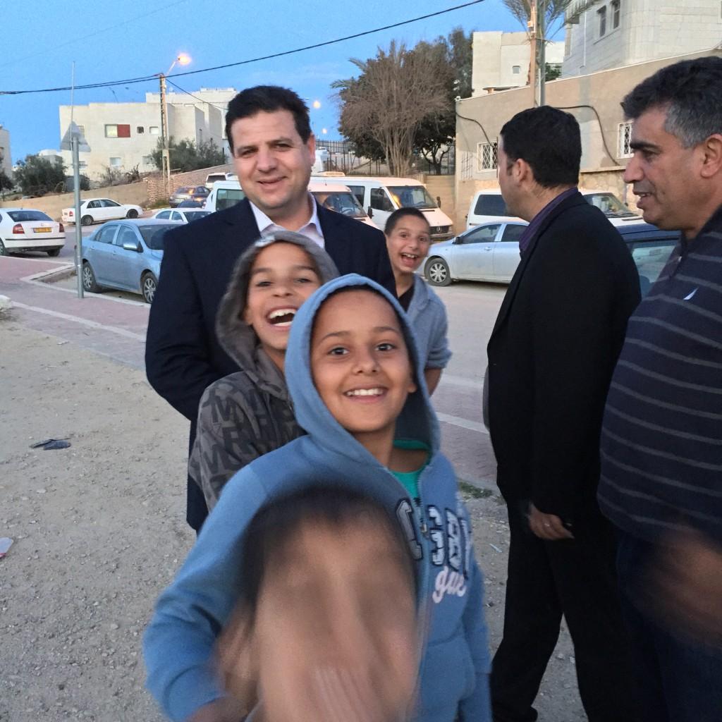 איימן עוד בניחום אבלים בכפר חורה, פברואר 2015. מימין: יו״ר חד״ש בחורה, יוסף אטעונה, מס׳ 17 ברשימה המשותפת.