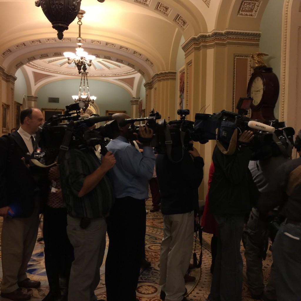 צלמים ממתינים בכניסה למפגש הקינוחים, הסנאט, 3 במארס 2015
