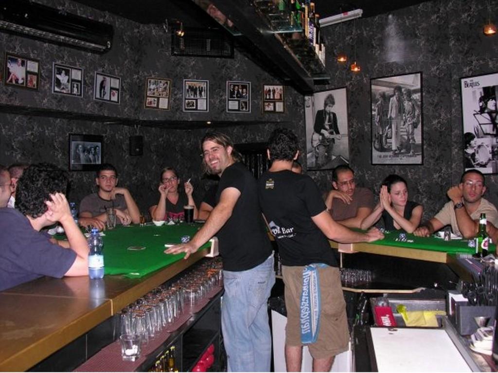 אורן חזן מחלק בפליישר בר (הצילום מתוך עמוד הפייסבוק של האירוע. חזן היה אז עם שיער ארוך כפי שאפשר לראות בתמונות פייסבוק רבות בפרופיל שלו משנת 2010)