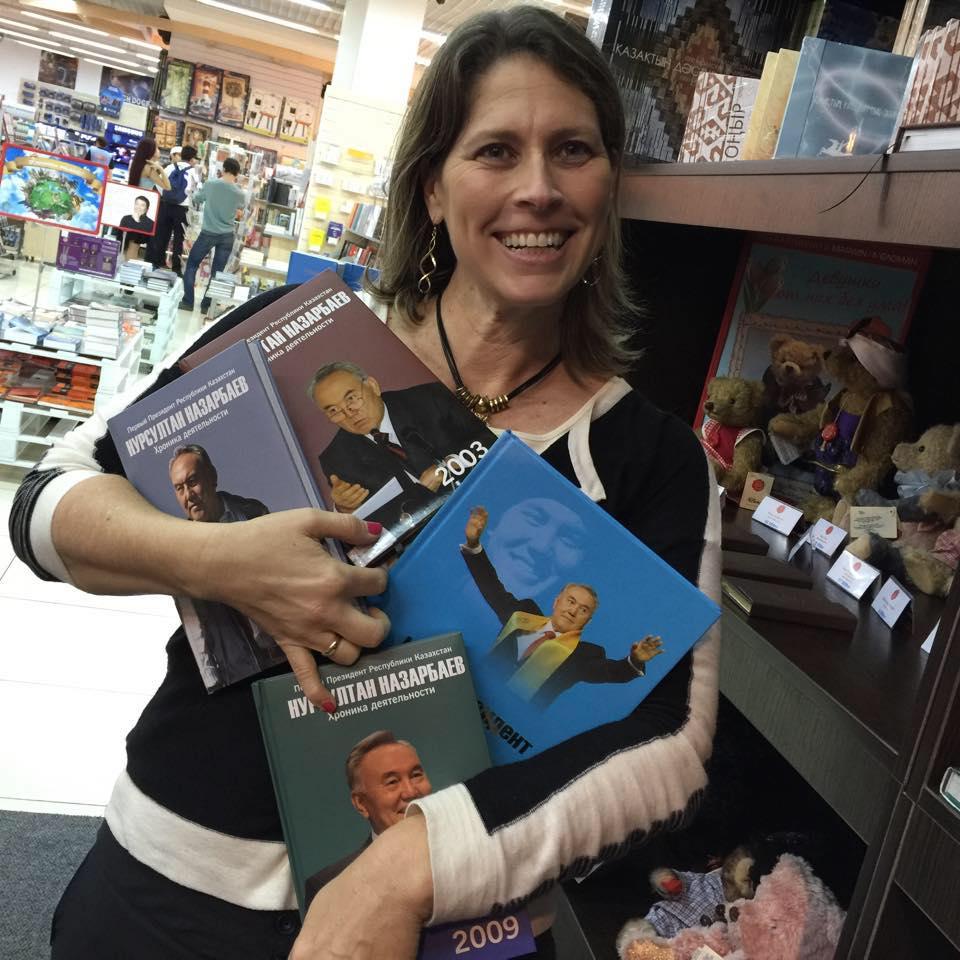 במרכז הקניות ׳מגה׳ עם ספרי המנהיג נזרבייב