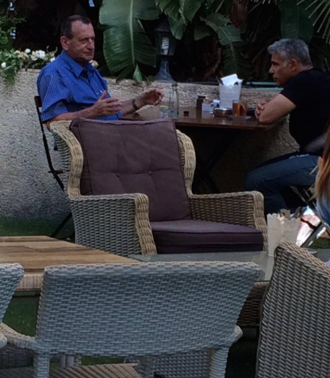 פגישה תל-אביבית, בית קפה ג׳, רחוב אחימאיר, 24 ביוני, 2015. צולם על ידי: אלמוני.