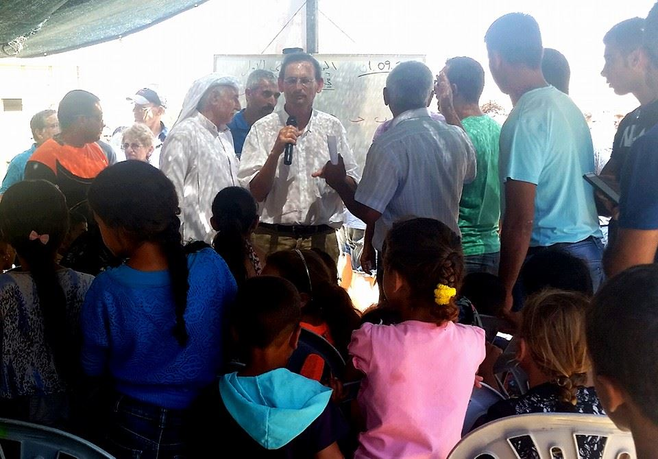 דב חנין מעביר שיעור באוהל מחאה במגזר הבדואי. המחאה היא על כך שילדים בכפר אל-פורעה אין כיתות עם קירות, חלונות ומזגן.