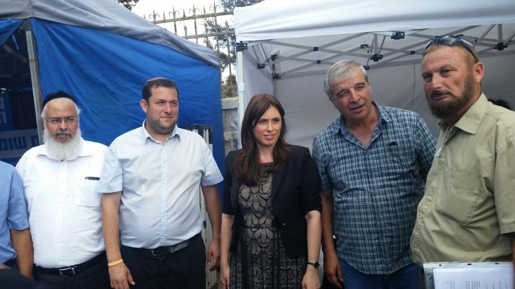 סגנית שר החוץ ציפי חוטובלי עם ראשי רשויות מן השומרון במאהל אל מול בית ראש הממשלה, יום ג׳ 6 באוקטובר