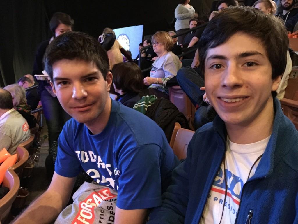 שני צעירים תומכי סנדרס ומתנדבים בקמפיין, במסיבה של המפלגה הדמוקרטית 5 בפברואר, 2016. צילום: טל שניידר