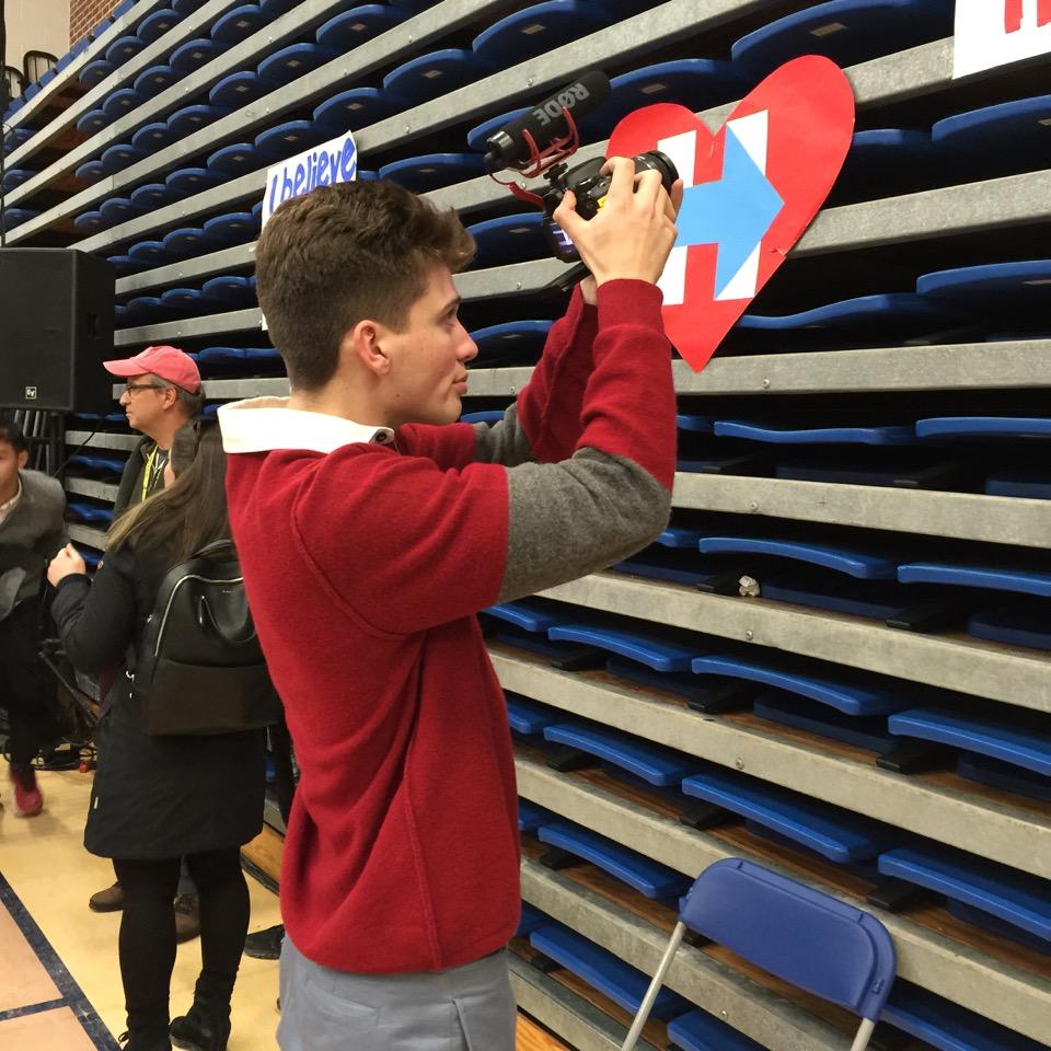 תלמיד תיכון מצלם סרט באירוע של הילרי קלינטון, קונקורד, 6 בפברואר 2016. צילום טל שניידר
