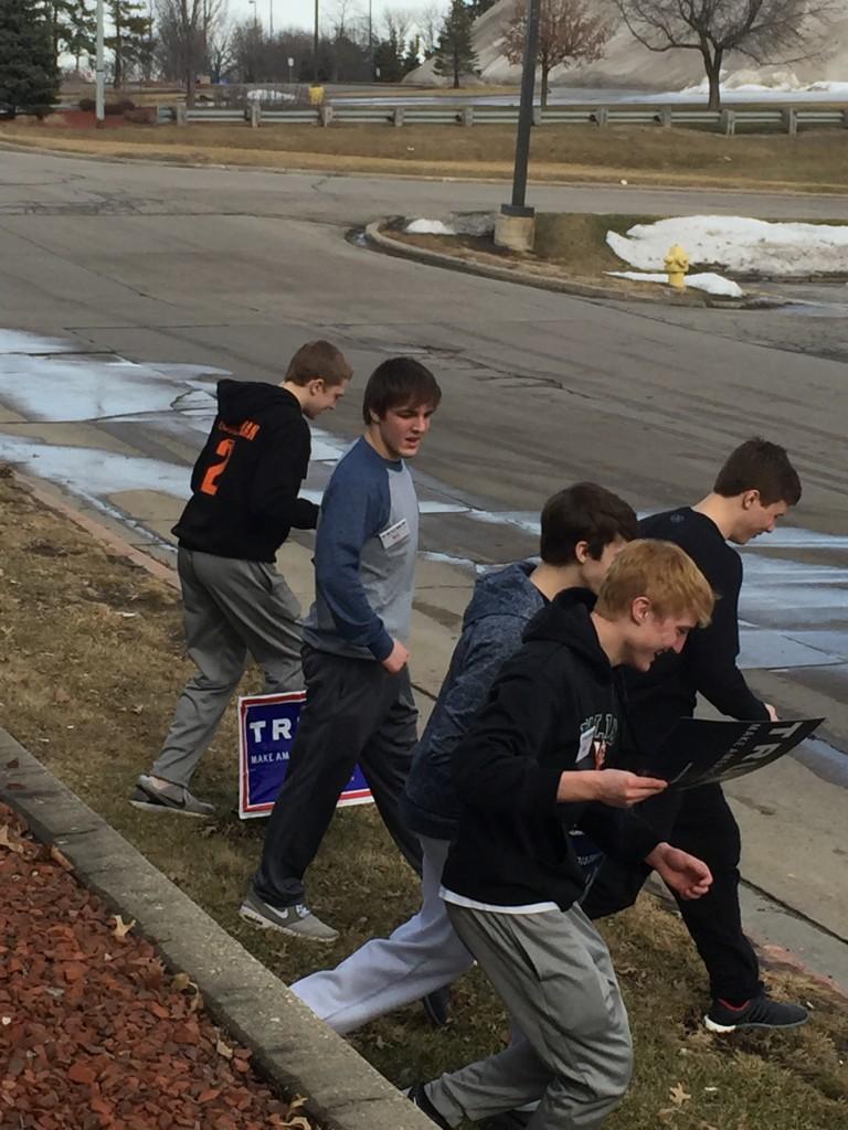 נערים אספו שלטים לחלוקה במטה של טראמפ בדה-מוין