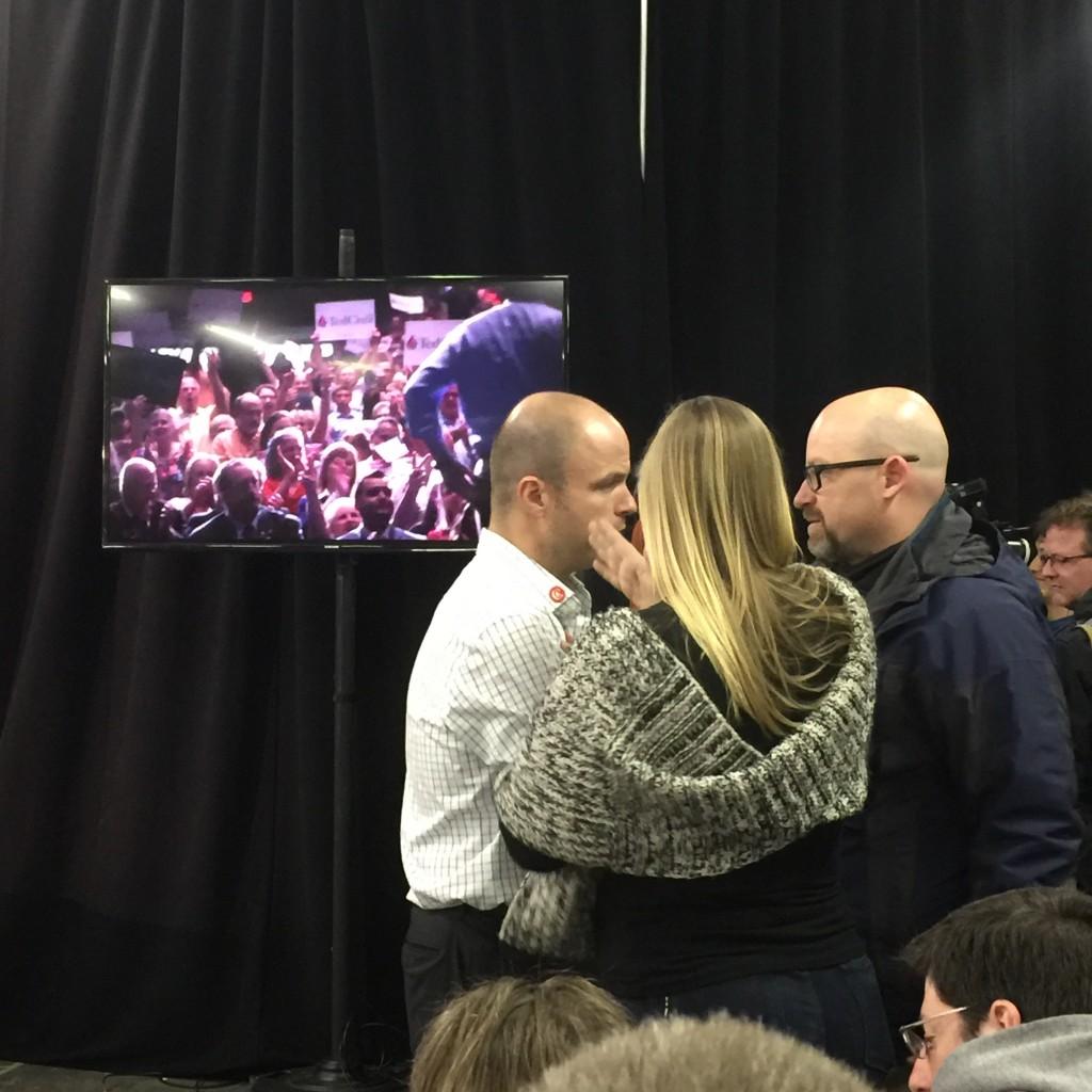 משמאל, מנהל שטח של האירוע. עם הגב למצלמה, מנהלת שטח של האירוע, מימין צלם עיתונות שהגיע על אוטובוס הקמפיין של קרוז.