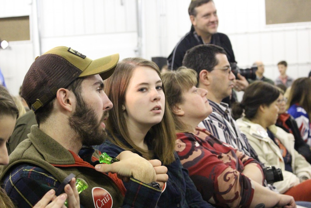 כחימום לפני שעלה רוברטסון לדבר, חילקו לקהל משרוקיות של ציד אווזים (ירוקות)