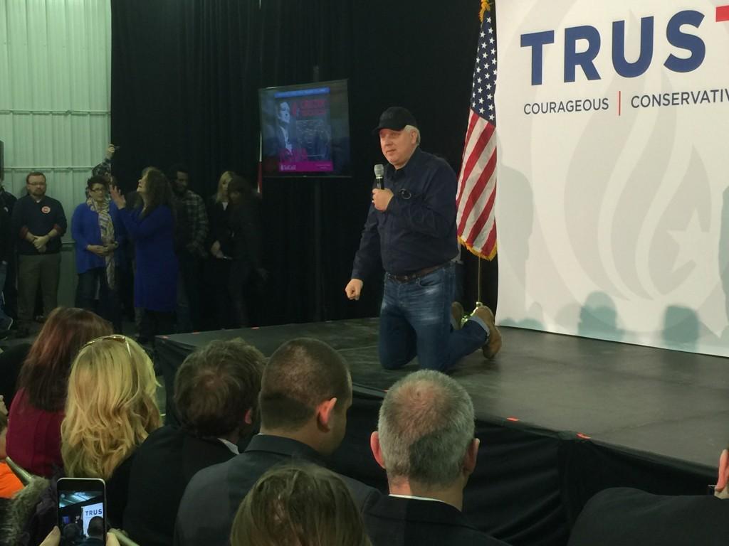 על הברכיים, שדרן הרדיו הימני-שמרני גלן בק, מלווה את מסע הבחירות של טד קרוז