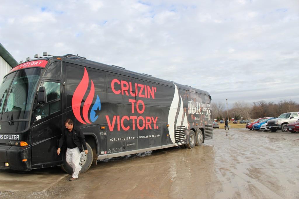 אוטובוס הקמפיין של קרוז מחוץ למרכז הירידים החקלאי