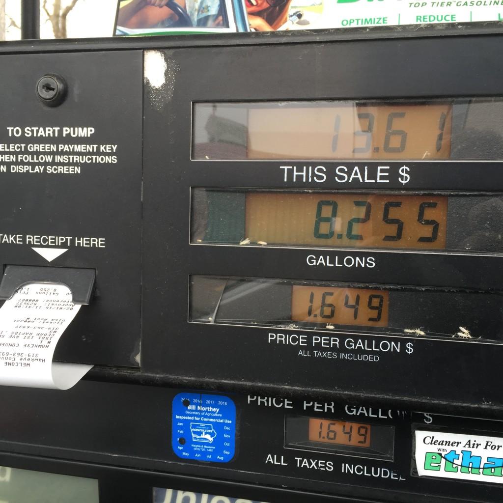 בדרכים: בעיר סידר ראפדיס, 8.2 גלון עולים כ 12 דולר (כלומר כ 50 ש״ח עבור מילוי של 30 ליטר)