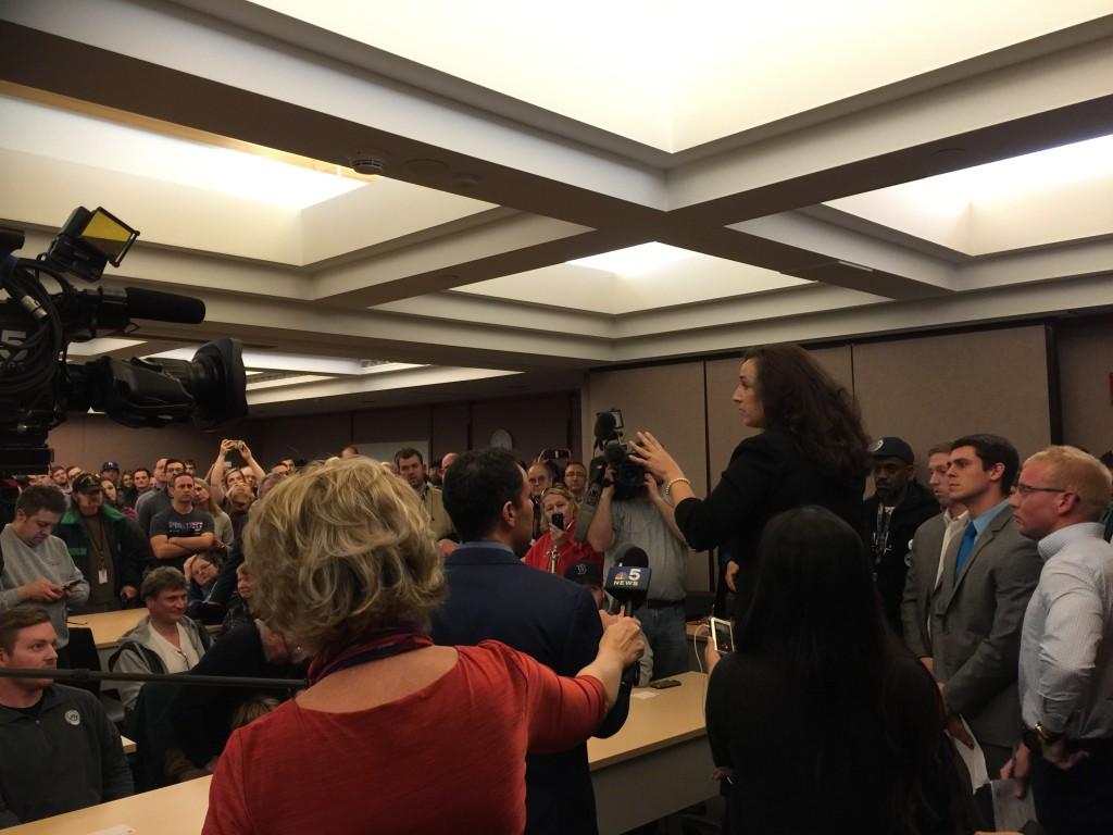 נציגה של מטה קרוז, עו״ד שבאה לאירוע במיוחד מטקסס מנסה לשכנע בוחרים בהיוועדות במוזיאון של העיר דה-מוין