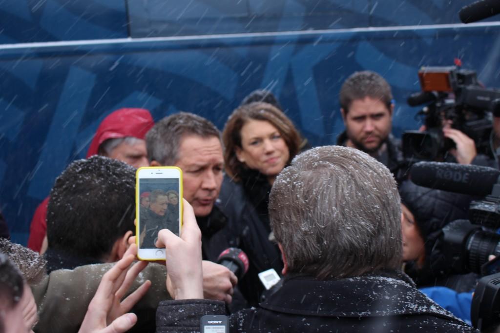 שיחה עם עיתונאים אחרי האירוע בפלייסטאו, תחת שלג כבד, 8 בפברואר 2016