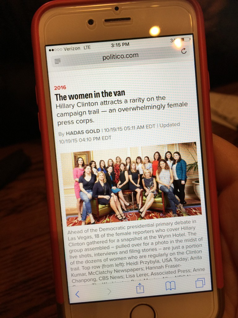 גולד הראתה לי בנייד שלה את הכתבה שלה על הנשים העיתונאיות שמכסות את קמפיין קלינטון.