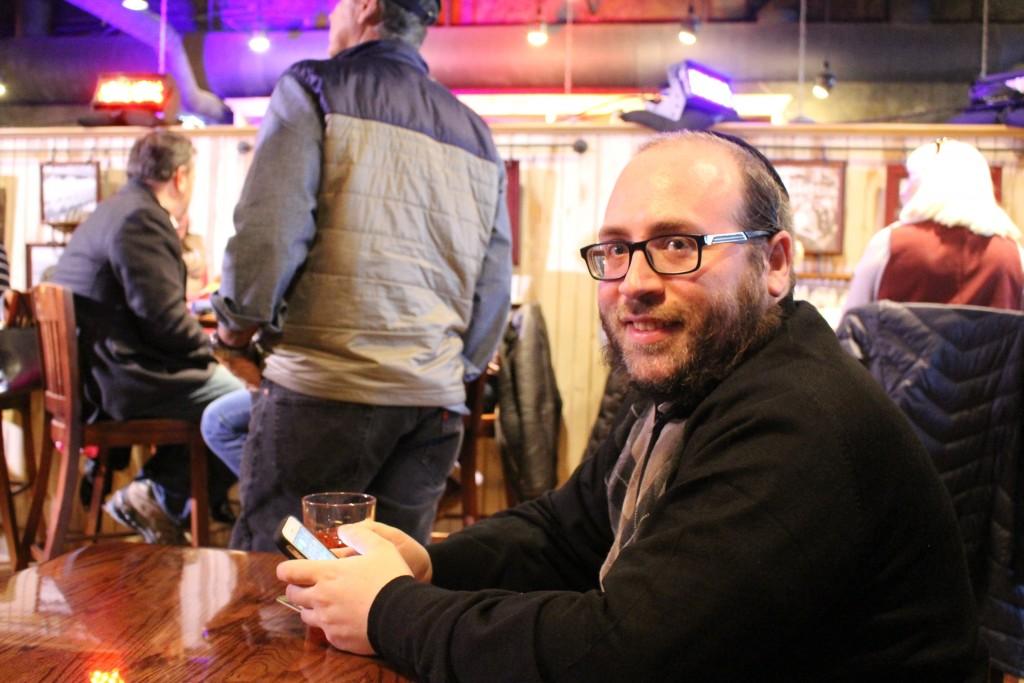 ג׳ייקוב קורנבלאו, מסקר את הבחירות עבור הג׳ואיש אינסיידר. מנצ׳סטר, 9 בפברואר 2016. צילום: טל שניידר