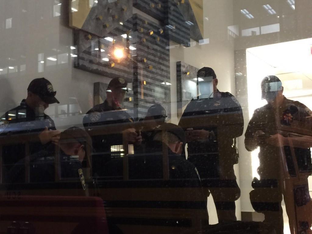 שוטרים בהפוגה במזגן, כולם עם הניידים