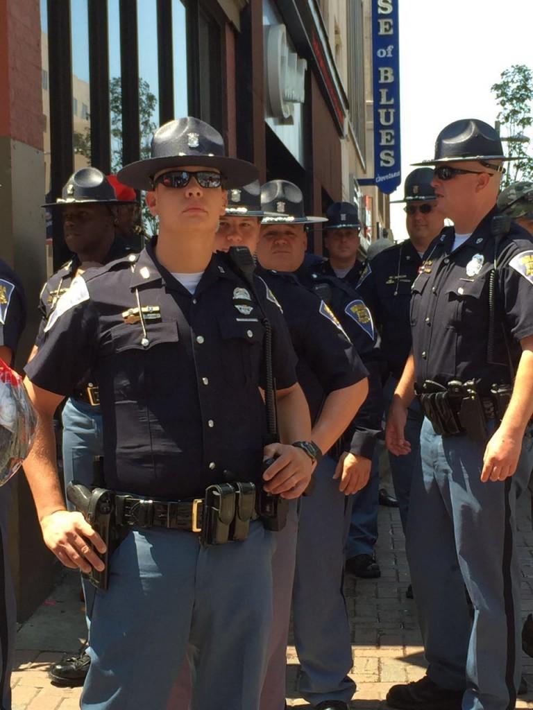 שוטרים מציפים את העיר