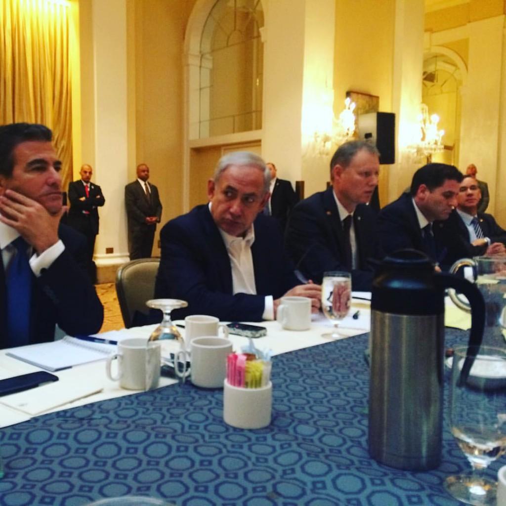 נתניהו והגברים שלו: מארק רגב (לשעבר יועץ תקשורת זרה, כיום שגריר ישראל בלונדון), רון דרמר, בעז סטמבלר, יוסי כהן (לשעבר ראש המל״ל, כיום ראש המוסד)