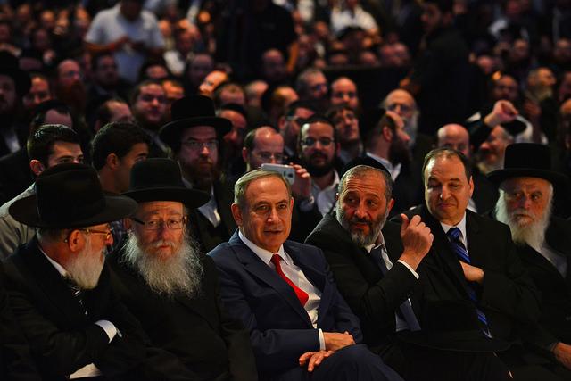 ראש הממשלה נתניהו בועידת עיתון ׳המודיע׳, עם השרים ליצמן ודרעי. צילום: פייסבוק עמוד ראש הממשלה (לע״מ)
