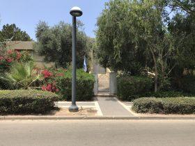 קיסריה: מיקי גנור עוזב את ביתו הסמוך לנתניהו