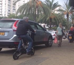 מתח״ככים עם אופניים חשמליים על המדרכה