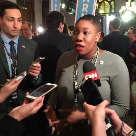 קלינטון מדגישה את היותה המועמדת אישה ראשונה